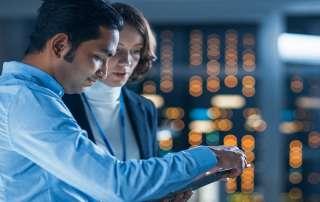 Eine Innovationsmanagerin und ein Innovationsmanagerin führen interdisziplinäre Teams
