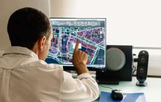 Die Wirtschaft sucht den BIM-Manager. Der digitale Bauleiter soll Projekte aus den Bereichen Automotive, Bau und Healthcare steuern, Strategien für individuelles Building Information Modeling entwickeln und schließlich die Qualität der eingesetzten BIM-Methoden analysieren.